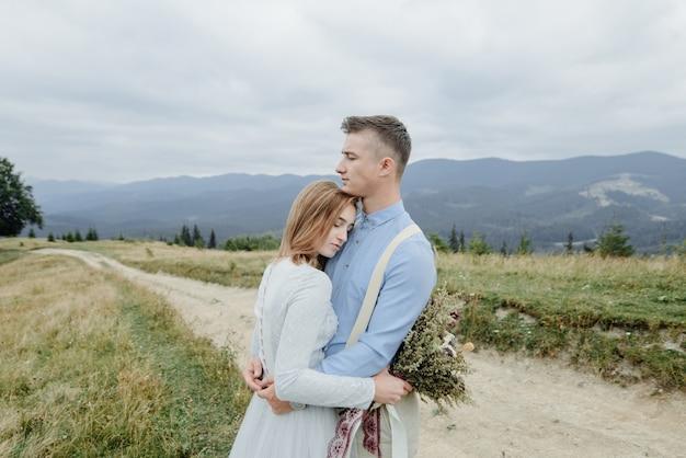 Sessão de fotos da noiva e do noivo nas montanhas. foto de casamento estilo boho.