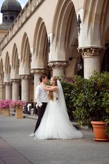 Sessão de fotos de casal no dia do casamento