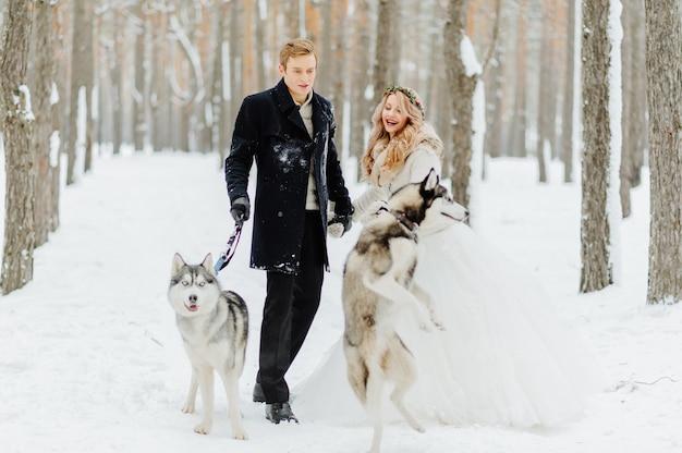 Sessão de fotos de casamento no inverno na natureza