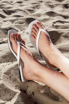 Sessão de fotos de moda de verão com sandálias de praia brancas