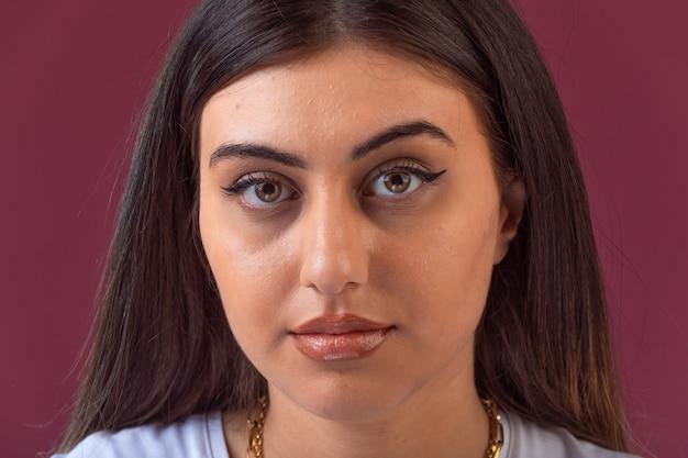 Sessão de fotos de modelo feminino em maquiagem de verão, vista frontal.