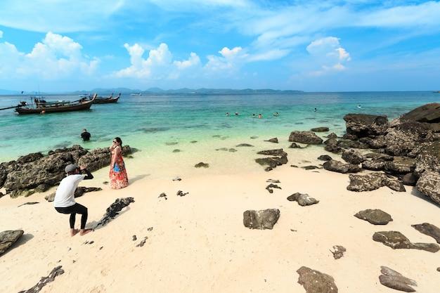 Sessão de fotos em pequena praia tropical com pedras