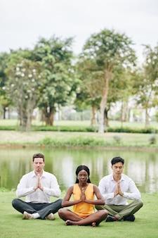 Sessão de ioga em grupo