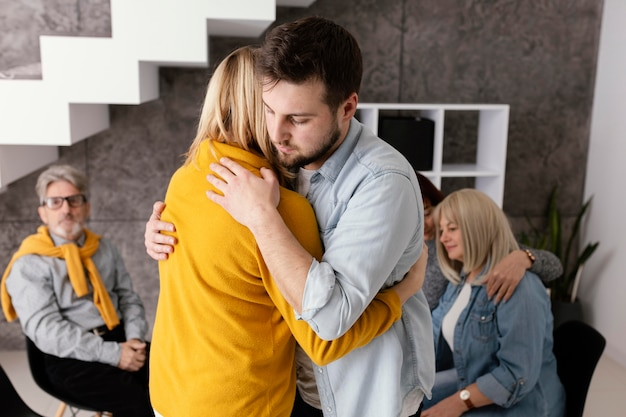 Sessão de terapia em grupo com abraços