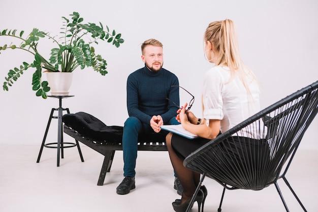 Sessão de terapia psicólogo feminino com seu cliente no escritório