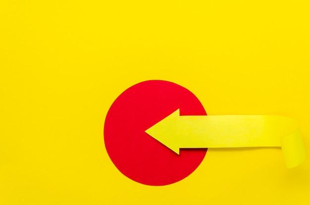 Seta amarela no círculo apontando para a esquerda