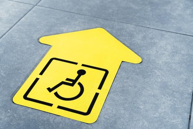 Seta amarela para deficientes físicos no chão da sala de espera