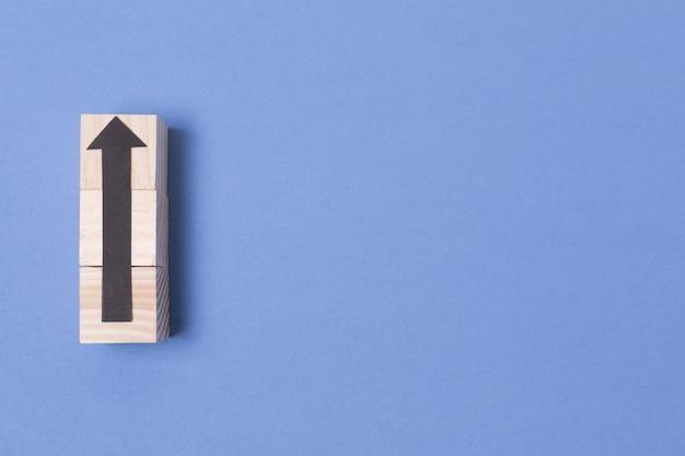 Seta apontando para cima com contorno de madeira e cópia espaço
