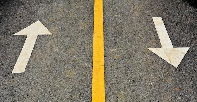 Seta branca pintada na estrada de asfalto
