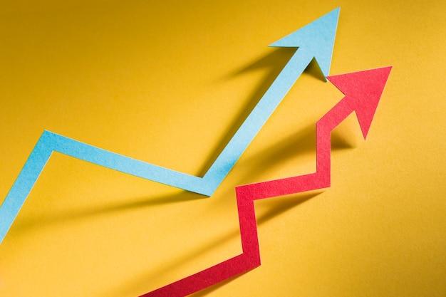 Seta de papel indicando crescimento da economia