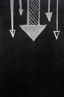 Seta desenhada apontando bem sobre fundo preto, com espaço de cópia