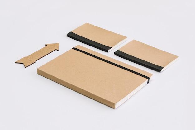 Seta perto de cadernos elegantes