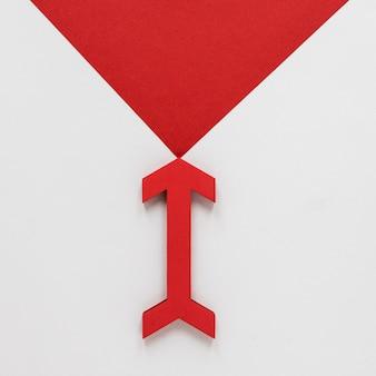 Seta plana leiga vermelha e ponta de flecha no fundo branco