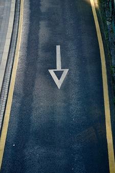 Seta sinal de trânsito na estrada