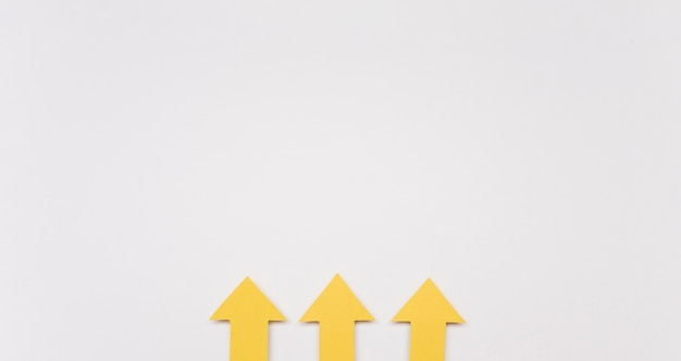 Setas amarelas de cópia-espaço