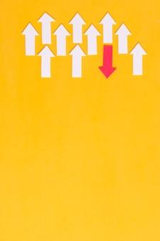 Setas brancas e vermelhas em fundo amarelo