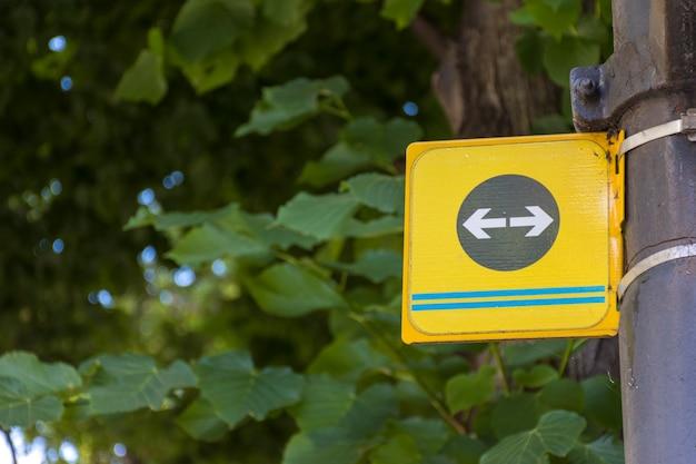 Setas de estrada esquerda e direita em um poste