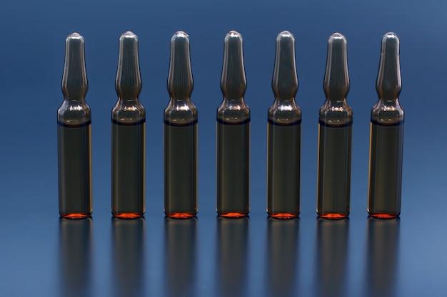 Sete ampolas médicas de vidro para drogas injetáveis