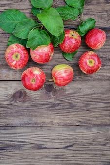 Sete maçãs vermelhas em fundo de madeira