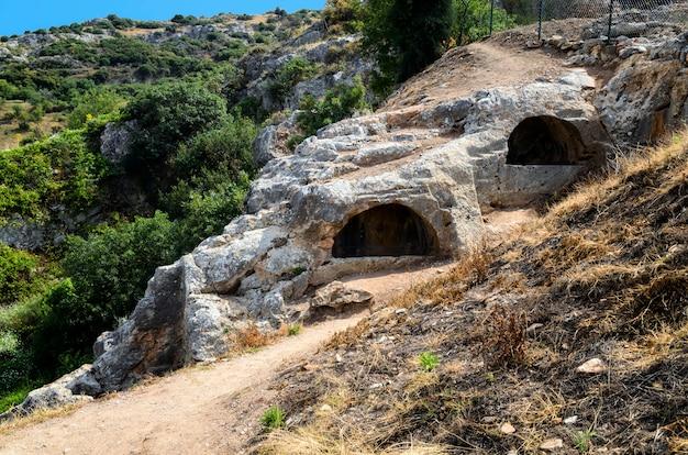 Sete travessas de éfeso, na turquia. dizem que sete rapazes cristãos escaparam do ataque mergulhando em uma caverna na montanha, onde dormiram por muito, muito tempo.