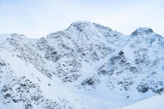 Sete vista da geleira. área de montanhas caucasianas. cheget, rússia.