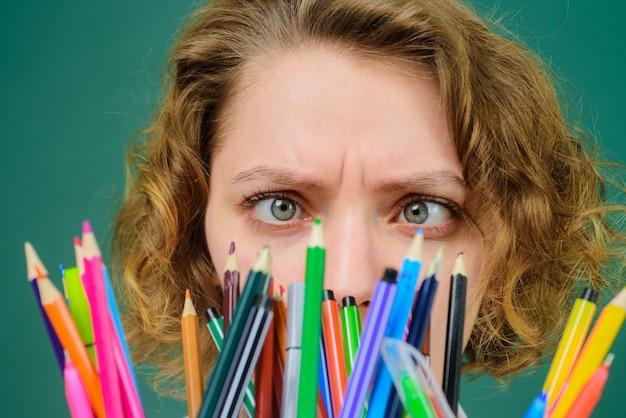 Setembro de volta às aulas professor engraçado escola fornece lápis educação trabalho escolar professor em