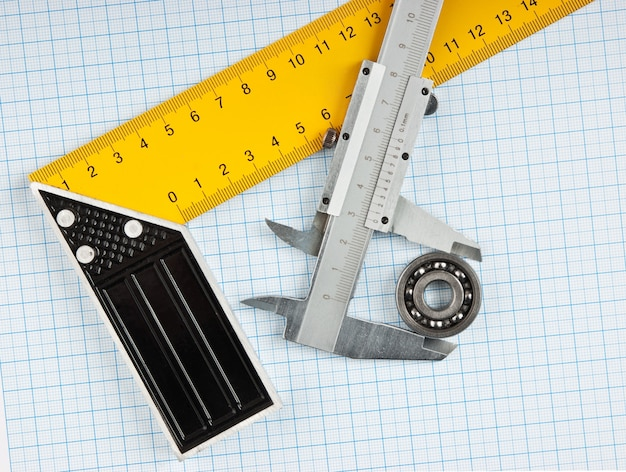 Setsquare e pinça com rolamento em papel milimétrico
