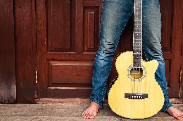 Seu músico e violão clássico