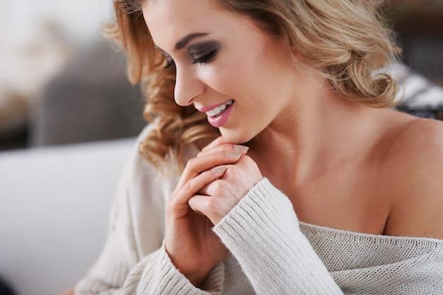 Seu poder é feminilidade e sensualidade. concentre-se nas mãos.