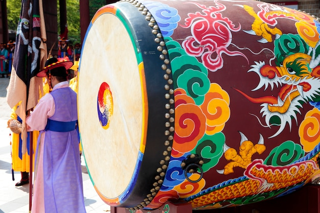 Seul, coréia do sul, mudança tradicional da cerimônia do tambor da guarda real