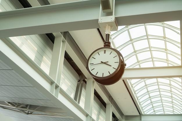 Seul, coréia. vista do relógio retro ou relógio no terminal do aeroporto internacional de incheon (icn)