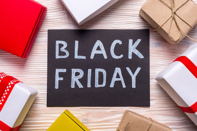 Sexta-feira negra, caixa de presente vermelha em fundo preto