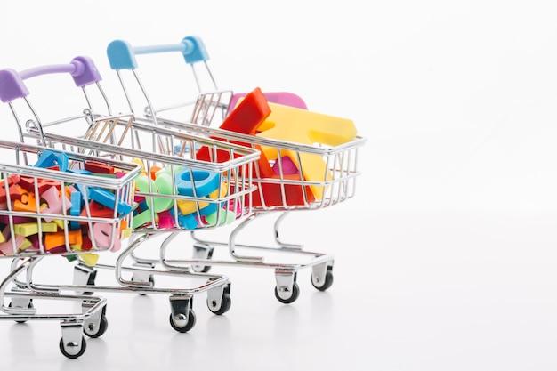 Sexta-feira negra carrinhos de compras com o conceito de venda de letras