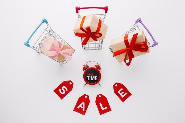 Sexta-feira negra carrinhos de compras com presentes