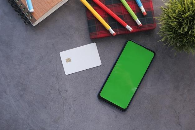 Sexta-feira negra com conceito de venda com cartões de crédito de telefone inteligente no preto