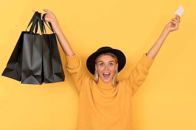 Sexta-feira negra comprando mulher feliz