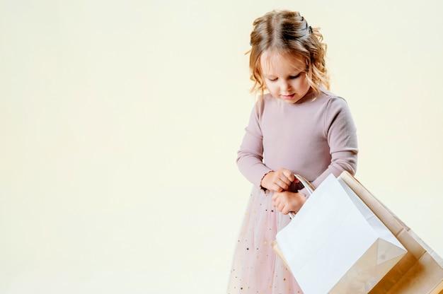 Sexta-feira preta. menina loira mantém pacotes de artesanato