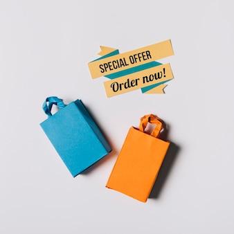 Sexta-feira sexta-feira, composição de dois sacos e etiqueta de origami Foto gratuita