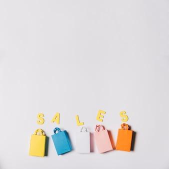 Sexta-feira sexta-feira, composição de sacos e cartas Foto gratuita