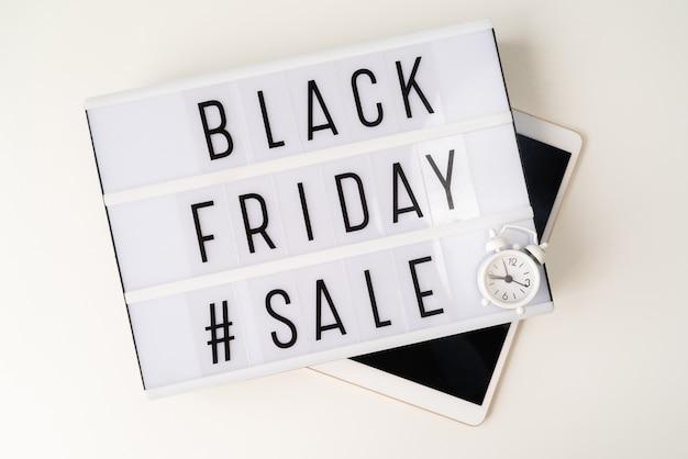 Sexta-feira venda caixa de luz acima de tablet preto
