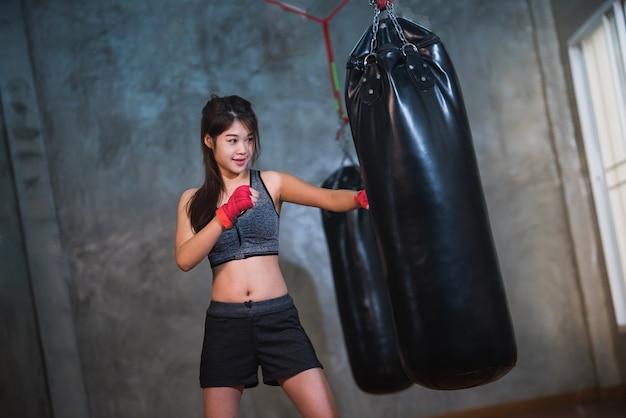 Sexy garota asiática boxe saco de boxe