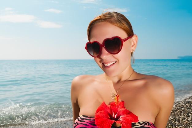 Sexy menina vermelha com biquíni na praia
