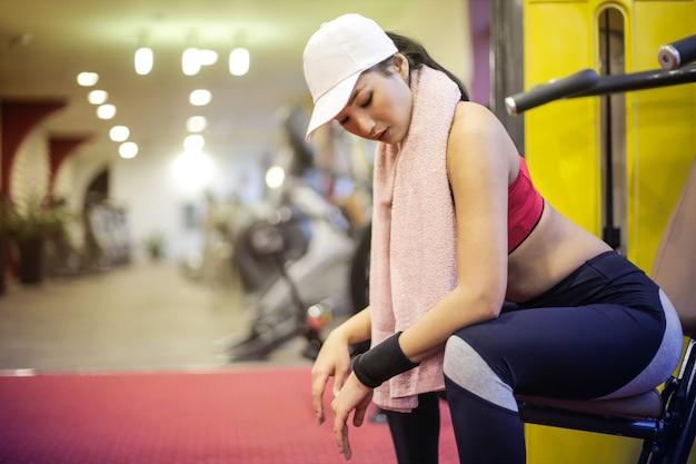 Sexy mulher asiática no ginásio