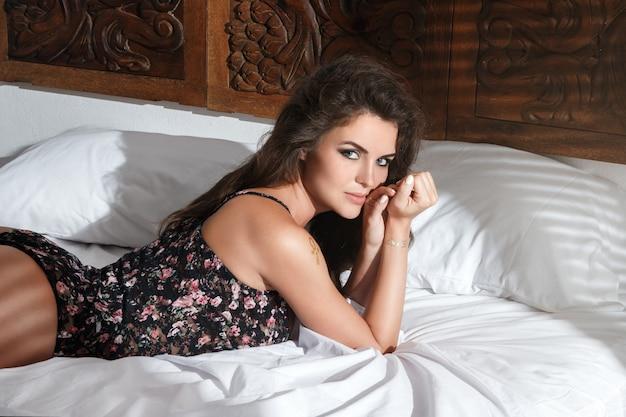 Sexy mulher deitada na cama