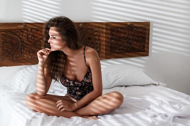 Sexy mulher sentada na cama