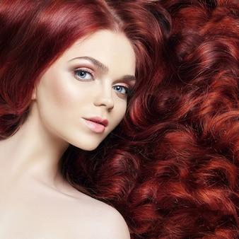 Sexy nude linda ruiva com cabelos longos