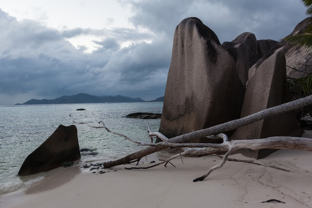 Seychelles source d'argent beach após a tempestade vista do pôr do sol no oceano índico