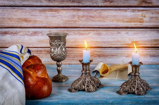 Shabat com pão chalá em mesa de madeira