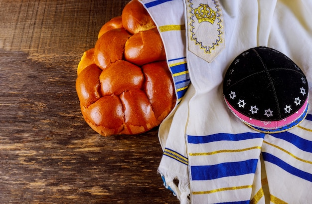 Shabat com pão challah em uma mesa de madeira