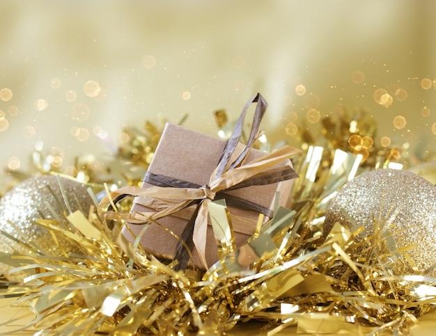 Shabby caixa de presente chique aninhada em ouro guirlanda de natal
